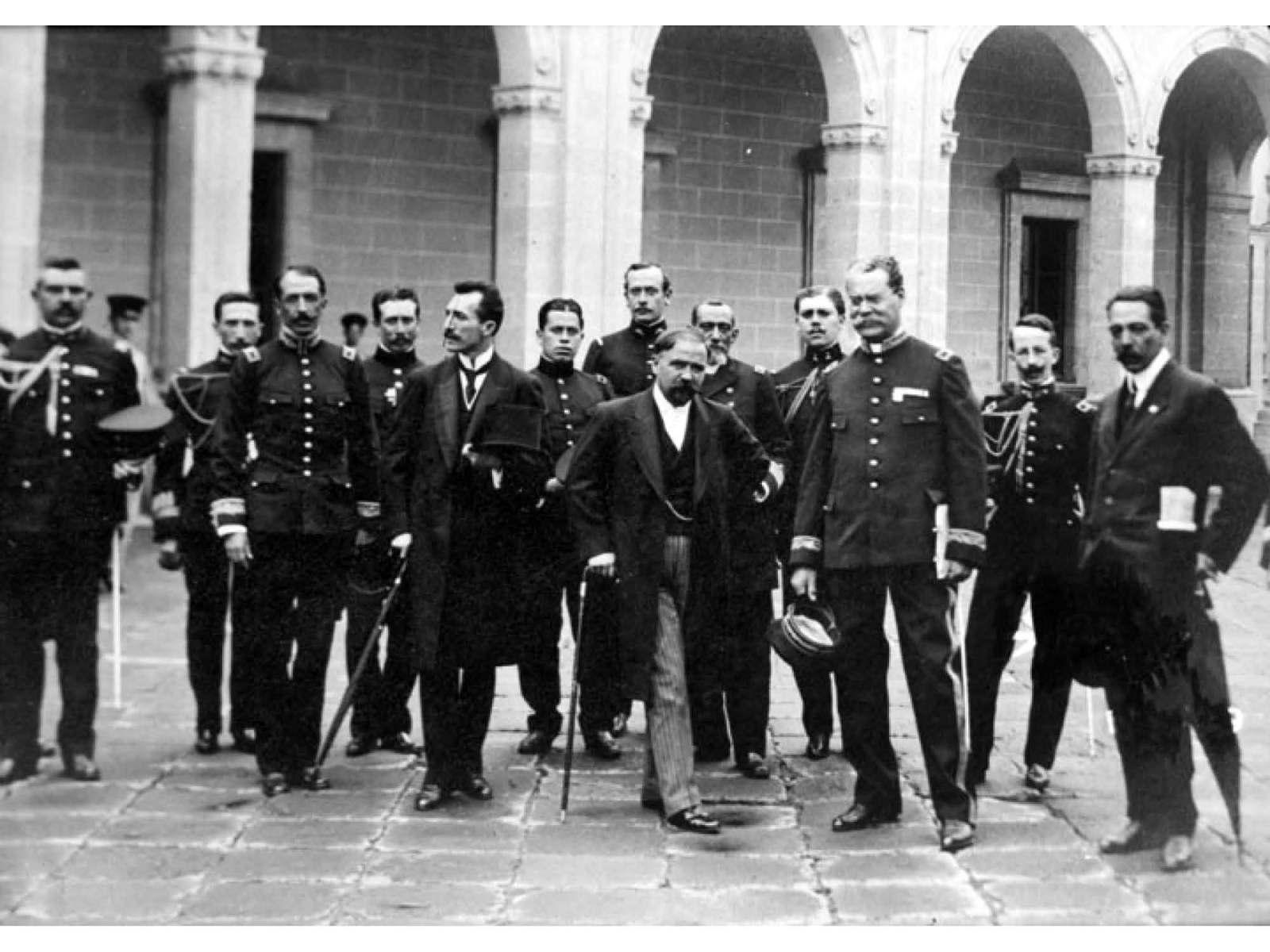 Francisco I. Madero al centro, en compañía de su guardia personal y de José María Pino Suárez; quienes tomaron posesión oficial de los cargos de Presidente y Vicepresidente de la República, respectivamente.